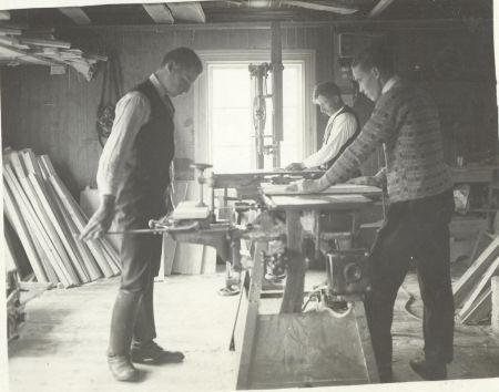 Miehiä töissä Mettäsen verstaalla vuonna 1929.